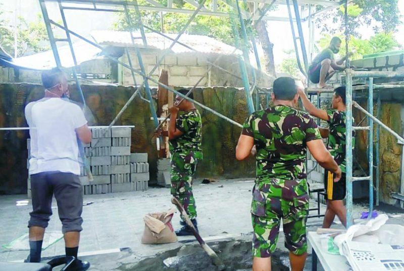 Prajurit Koramil Danurejan laksanakan kerja bakti. Foto: nyatanya.com/Ahmad Zain