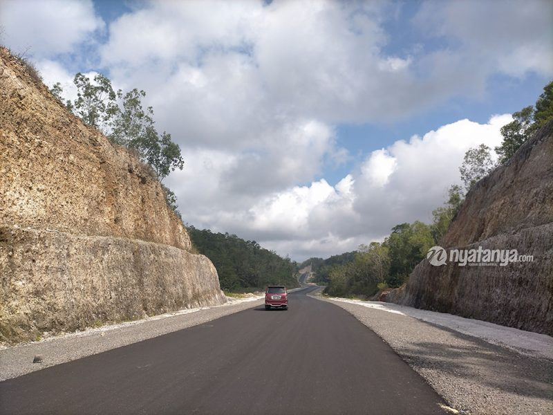 Salah satu ruas JJLS di Kecamatan Girisubo Kabupaten Gunungkidul dengan pemandangan elok di sepanjang jalan. Foto: nyatanya.com/Anto