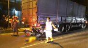 Kecelakaan roda dua dan truk tronton mengakibatkan korban mengalami luka serius. Foto: nyatanya.com/ahmad zain