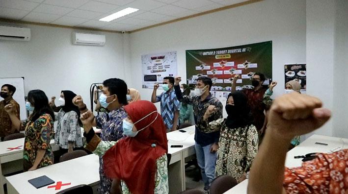 Karyawan RFB saat menyanyikan lagu Indonesia Raya sesuai arahan Sri Sultan HB X. Foto: nyatanya.com/ts miko