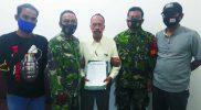 Pelaku (tengah) diamankan bersama barang bukti diapit prajurit Kodim 0734/Yogyakarta. FOTO : nyatanya.com/Ahmad Zain