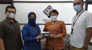 Indah Juanita, Direktur Utama BOB (kedua dari kiri) dan Direktur Damri, Setia N Milatia Moemin usai bertemu di kantor BOB. Foto: nyatanya.com/Instagram Borobudur