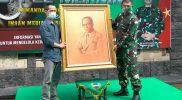 Pelukis Setyo Priyo menyerahkan lukisan Mohammad Hatta kepada Brigjen TNI Ibnu Bintang Setiawan, S.I.P,. M.M. Foto: nyatanya.com/Ignatius Anto