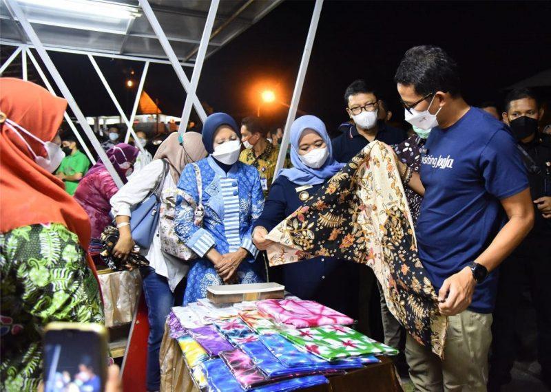 Sandiaga Uno melihat sentra kerajinan di wilayah Breksi. Foto: nyatanya.com/istimewa