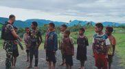 Anak-anak Papua bersemangat ikuti latihan baris-berbaris yang diajarkan prajurit Yonif 403. FOTO : nyatanya.com/istimewa