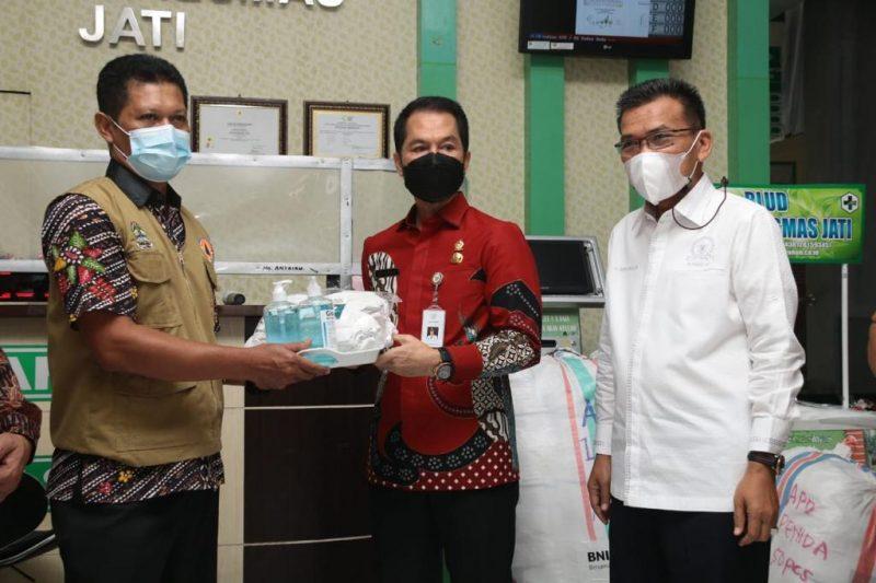 Bupati Kudus saat menerima bantuan APD dari anggota Komisi XI DPR RI Musthofa. (Foto:nyatanya.com/Diskominfo Jateng)