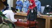 Bupati Demak Eisti'anah saat melantik kepala desa antarwaktu Desa Tlogorejo. Foto:nyatanya.com/Kominfo Demak