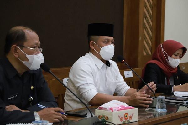Bupati Kebumen Arif Sugiyanto dalam Rapat Penanganan Covid-19. (Foto:nyatanya.com/Diskominfo Jateng)