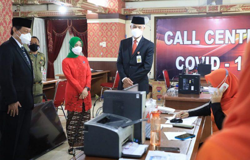 Ganjar Pranowo meninjau call center Covid-19 bentukannya. (Foto: nyatanya.com/Humas Jateng)