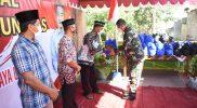 Danrem 072/Pmk, Brigjen TNI Ibnu Bintang Setiawan secara simbolis memberikan bantuan sembako untuk masyarakat di Desa Pijenan, Kelurahan Wijirejo, Kecamatan Pandak, Bantul. (Foto:nyatanya.com/Penrem 072/Pmk)