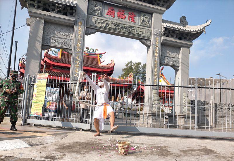 Aksi happening art I Made Arya Dwita Dedok di depan Klenteng Liong Hok Bio Magelang. (Foto:nyatanya.com/Ignatius Anto)