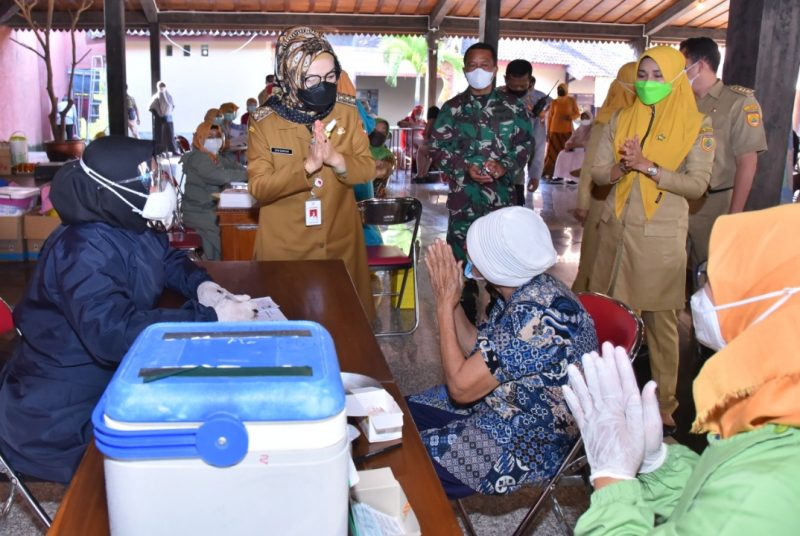 Bupati Sukoharjo, Etik Suryani saat meninjau pelaksanaan vaksinasi untuk lansia. Foto:nyatanya.com/Diskominfo Jateng