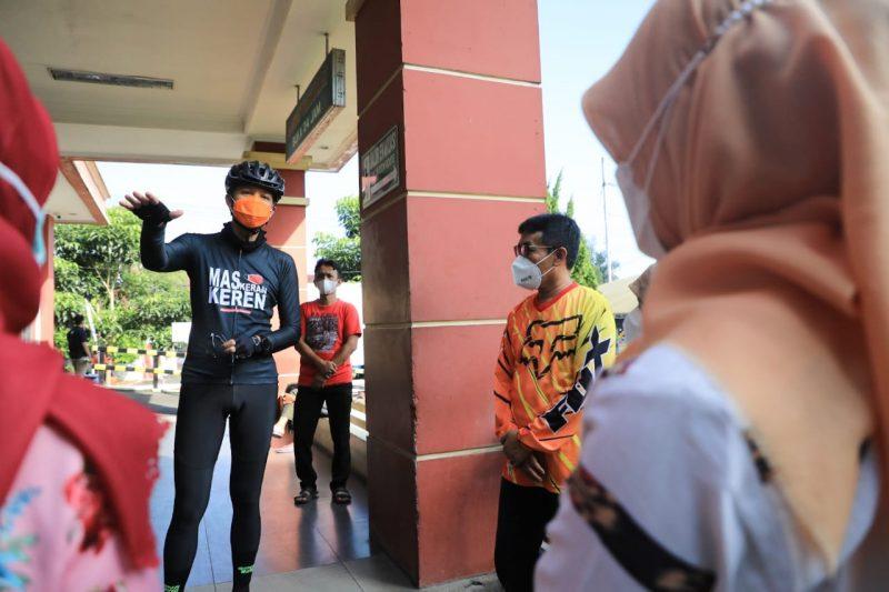 Ganjar Pranowo berbincang dengan nakes di RSUD Salatiga. (Foto:nyatanya.com/Humas Jateng)