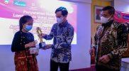 Walikota Surakarta Gibran Rakabuming menyerahkan tropi pemenang lomba. (Foto: nyatanya.com/Humas Pemkot Surakarta)