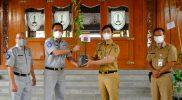 Gibran Rakabuming menerima bantuan CSR dari PT Jasa Raharja Cabang Jawa Tengah berupa 785 bibit tanaman. (Foto: nyatanya.com/Humas Pemkot Solo)
