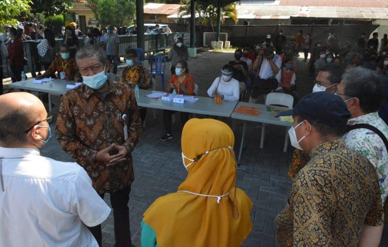 Walikota Yogyakarta, Haryadi Suyuti saat mengunjungi pelaksanaan vaksinasi di GL Zoo. (Nyatanya.com/Humas Pemkot Yogya)