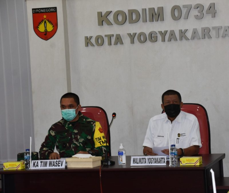 Haryadi Suyuti saat menghadiri kunjungan Tim Pengawas dan dan Evaluasi (Wasev) kegiatan TMMD Reguler ke-111 TA 2021 di Markas Kodim 0734 Yogyakarta. (Foto: nyatanya.com/Pemkot Jogja)