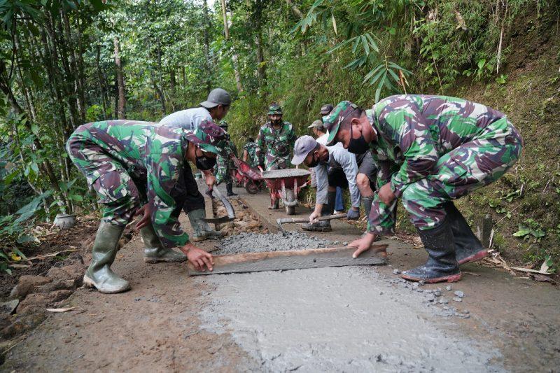 Pelaksanaan TMMD Sengkuyung Kodim 0731/Kulonprogo di Pedukuhan Jumblangan XIV, Banjarsari, Samigaluh. (Foto: nyatanya.com/Penrem 072/Pmk)
