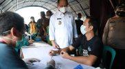 Bupati Kebumen Arif Sugiyanto saat meninjau pelaksanaan vaksinasi di Pasar Gombong. (Foto:nyatanya.com/Diskominfo Kebumen-jatengprov.go.id)