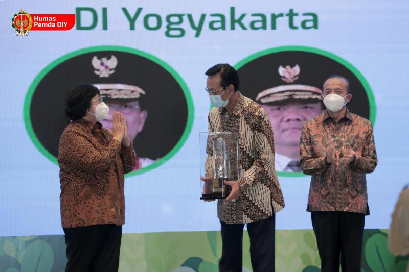 Sri Sultan Hamengku Buwono X saat menerima penghargaan Nirwasita Tantra 2020 dari Kementerian Lingkungan Hidup dan Kehutanan (KLHK) RI. (Foto:nyatanya.com/Humas DIY)