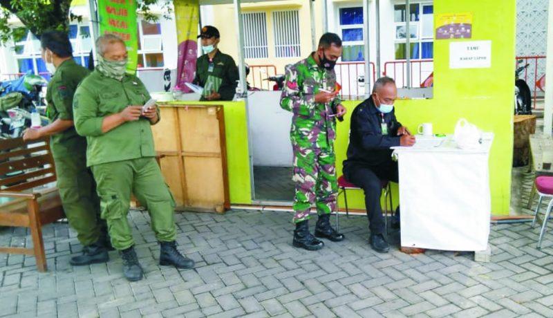 Koptu Ridwan lakukan Komsos patroli shelter covid-19.  FOTO : nyatanya.com/istimewa