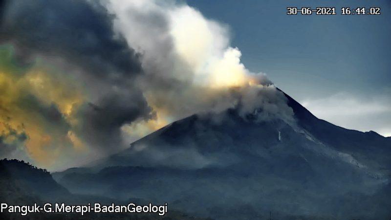 Penampakan Gunung Merapi pukul 16.44 WIB. (Foto: nyatanya.com/BPPTKG)
