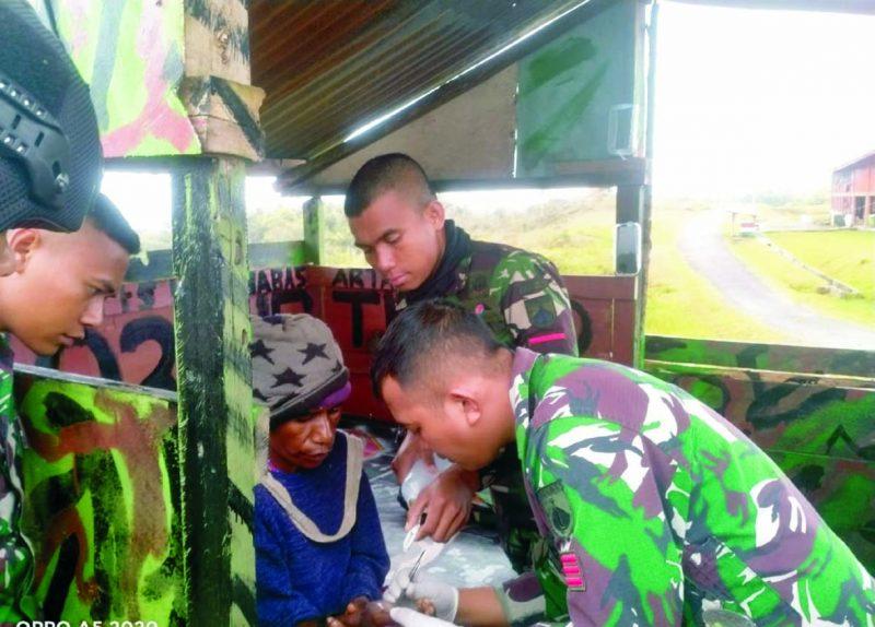 Prajurit Yon 403/WP cek kesehatan warga Papua. FOTO: nyatanya.com/istimewa