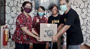 Penyerahan sembako kepada warga sekitar Radio Geronimo. Foto: nyatanya.com/Dokumentasi Geronimo