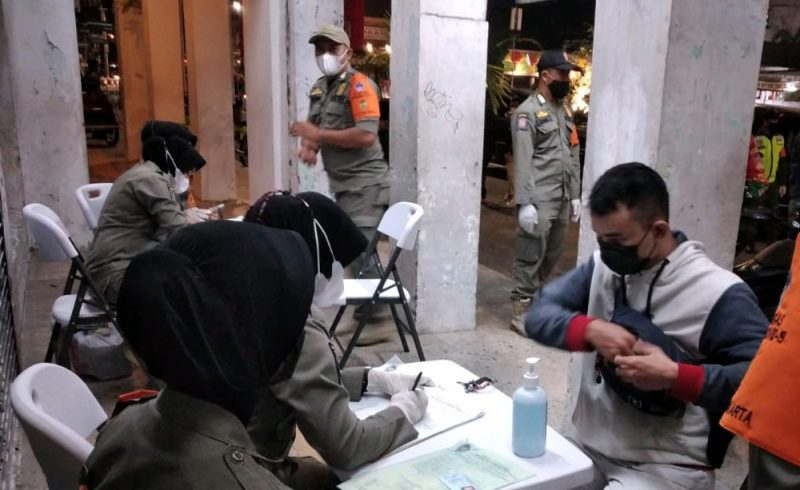 Para pelanggar yang terjaring pengawasan protokol kesehatan langsung mendapat peringatan dari petugas Satpol PP Kota Yogyakarta. (Foto: nyatanya.com/Humas Pemkot Yogya)