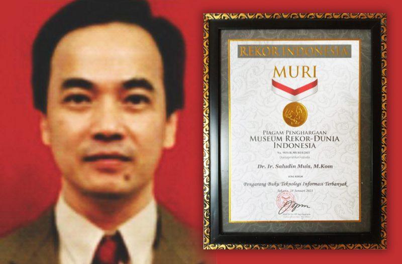 Saludin Muis dan penghargaan MURI yang diterimanya. (Foto:nyatanya.com/Istimewa)