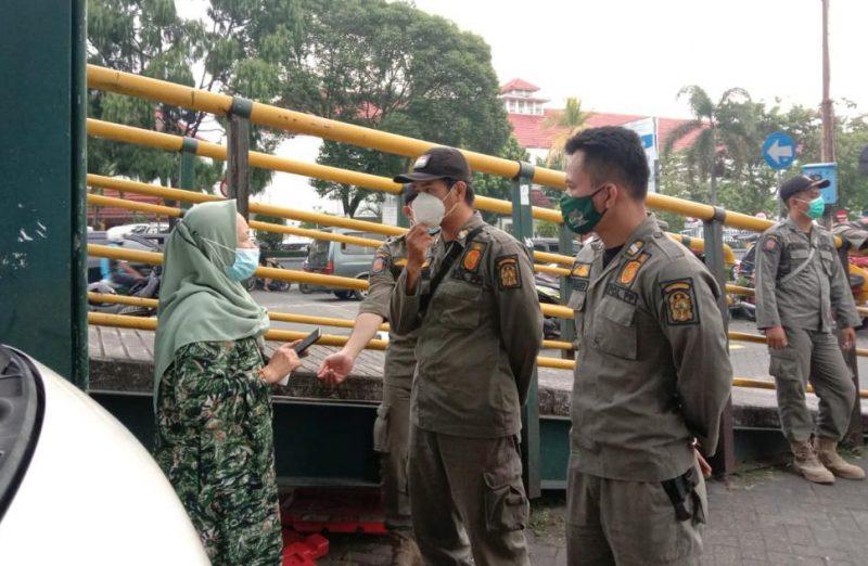 Satpol PP Kota Yogyakarta melakukan pemeriksaan acak terkait dokumen kesehatan untuk protokol kesehatan untuk mencegah sebaran Covid-19 di salah satu tempat khusus parkir wisata. (Foto:nyatanya.com/Pemkot Yogya)