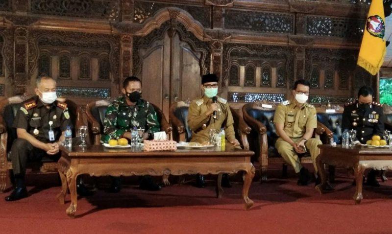 Bupati Temanggung memberikan paparannya terkait meningkatnya kasus Covid-19. (Foto:nyatanya.com/Kominfo Jateng)