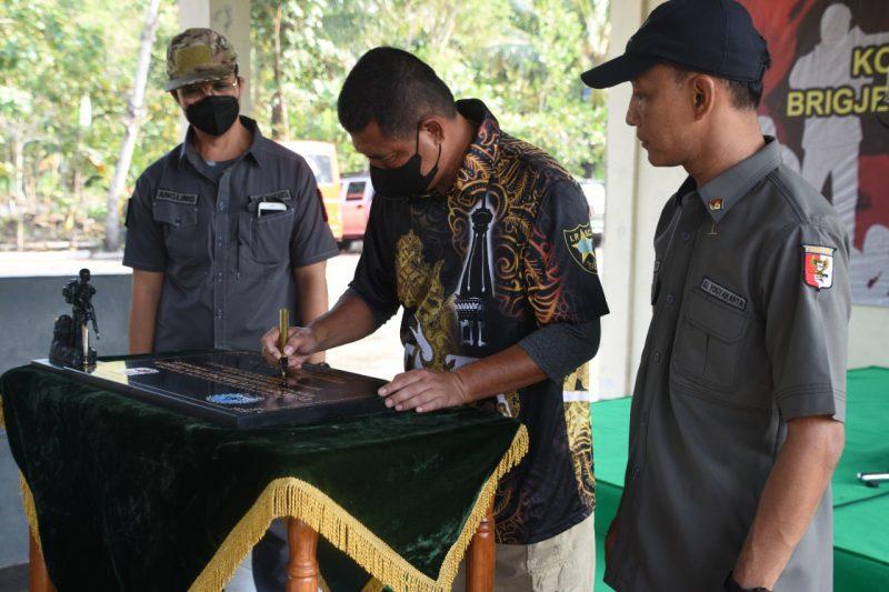 Danrem 072/Pmk Ibnu Bintang Setiawan menandatangani prasasti. (Foto:nyatanya.com/Penrem 072/Pmk)