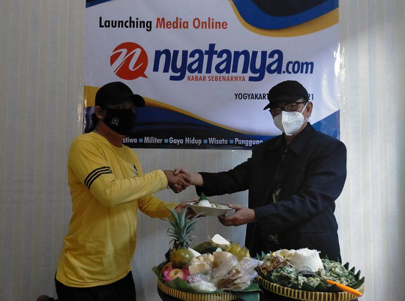 Pemotongan tumpeng yang dilakukan Ignatius Anto (Pemimpin Redaksi), diserahkan kepada Ahmad Zain (Redaktur Pelaksana) menandai kelahiran media online nyatanya.com. Foto: nyatanya.com/admin