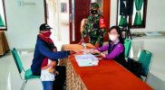 Serma Acip Mulyana turut mengamankan jalannya proses penyaluran BLT-DD. (Foto : nyatanya.com/istimewa)