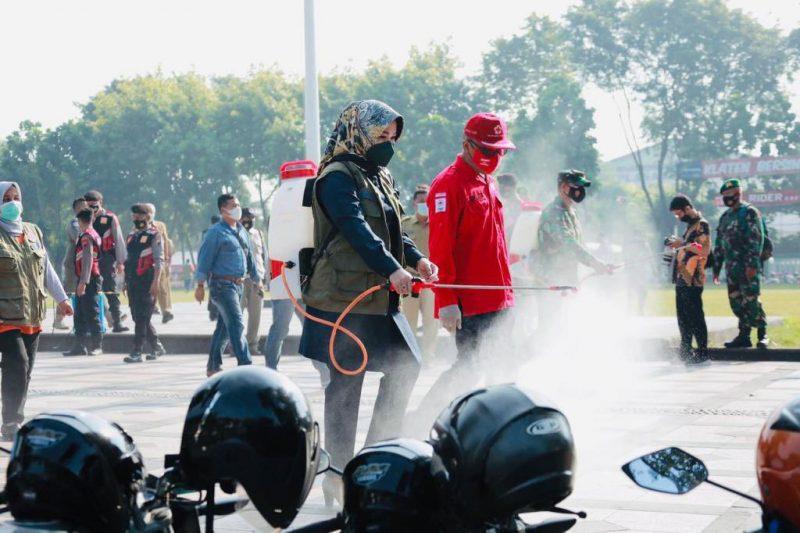 Bupati Klaten Sri Mulyani melakukan penyemprotan disinfektan di area publik. (Foto:nyatanya.com/Kominfo Klaten)