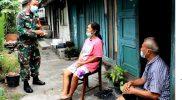 Darmini tak bisa menyembunyikan kebahagiaannya saat mendapat kabar rumahnya akan direhab Tim Satgas TMMD. (Foto:nyatanya.com/Penrem 072/Pmk)