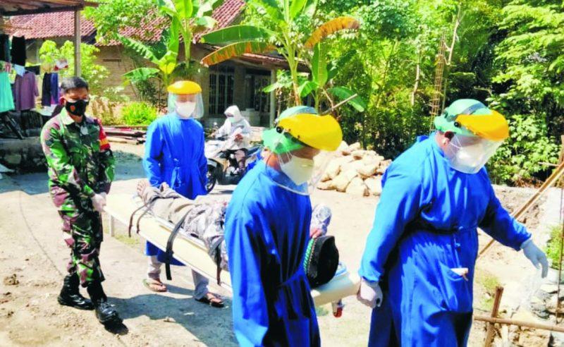Serma Acip babinsa Koramil Gamping bantu mengevakuai warganya untuk dibawa ke rumah sakit.  (FOTO: nyatanya.com/istimewa)