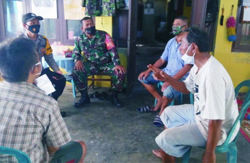Serma Hartono berikan himbauan terkait disiplin prokes di wilayah Kricak.  FOTO : nyatanya.com/istimewa