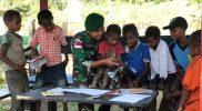 Prajurit Yonif 403/WP ajari baca tulis anak-anak perbatasan. (FOTO; nyatanya.com/istimewa