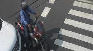 Seorang pengendara yang terekam melanggar marka langsung mendapat peringatan dari ATCS voice yang dipasang Dinas Perhubungan Kota Yogyakarta dengan diminta mundur di belakang garis marka di simpang Sentul. (Foto:nyatanya.com/Dishub Kota Yogya)