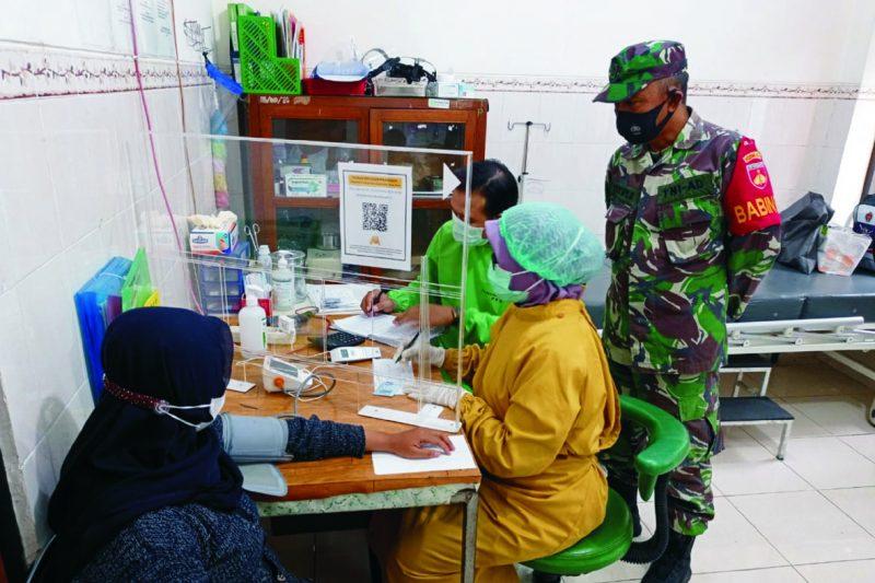 Serma Tutut Subagyo memantau proses vaksin AstraZeneca kepada masyarakat. FOTO : nyatanya.com/istimewa