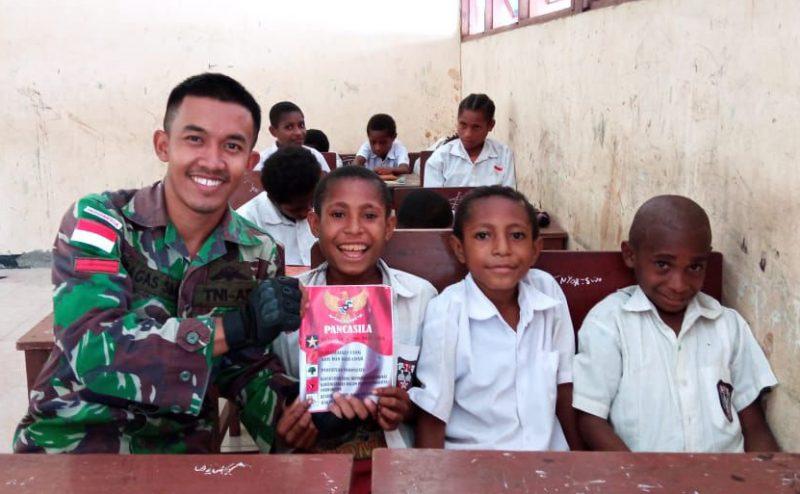 Anak-anak di perbatasan senang menerima paket buku dari Satgas Pamtas Yonif 403/WP. (Foto:nyatanya.com/Pen Satgas Yonif 403/WP)