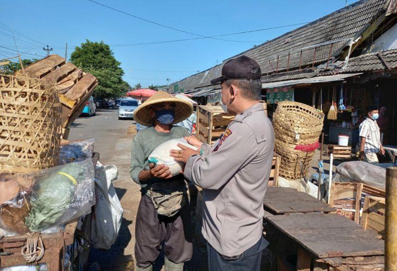 Petugas Satbinmas Polres Magelang saat bagi sembako pada warga dalam rangka HUT Bhayangkara. (Foto:nyatanya.com/Polres Magelang)