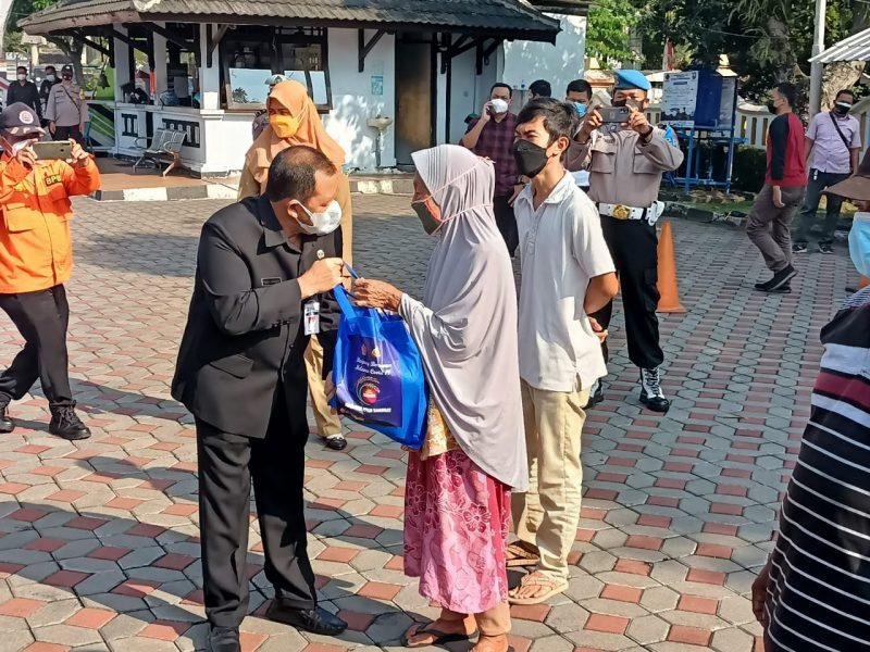 Bupati Semarang Ngesti Nugraha menyerahkan paket bantuan kepada warga terdampak PPKM Darurat. (Foto:nyatanya.com/Diskominfo Semarang)