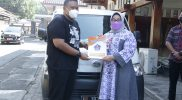 Direktur PT Ndayu Alam Asri Sragen, Untung Wibowo Sukowati menyerahkan unit mobil bantuan operasional Satgas Covid-19 kepada Bupati Sragen, dr. Kusdinar Untung Yuni Sukowati. (Foto:nyatanya.com/Diskominfo Sragen)