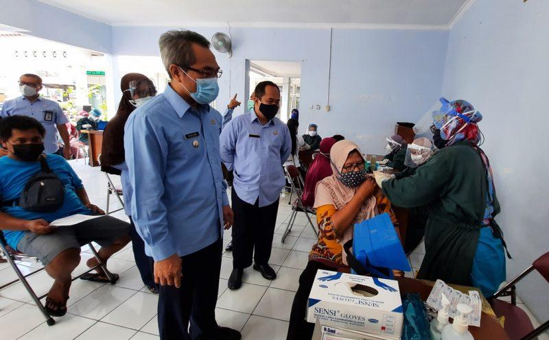 Bupati Bantul H. Abdul Halim Muslih meninjau pelaksanaan vaksinasi Covid-19 Pedagang Pasar Pleret. (Foto:nyatanya.com/Humas Bantul)