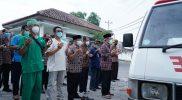 Bupati Bantul H Abdul Halim Muslih dan Wakil Bupati Bantul Joko B Purnomo saat melepas jenazah Widodo Lestari. (Foto:nyatanya.com/Humas Kab.Bantul)