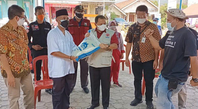 Bupati Semarang Ngesti Nugraha menyerahkan bantuan sembako kepada warga Banyubiru yang isoman. (Foto:nyatanya.com/Diskominfo Kab Semarang)
