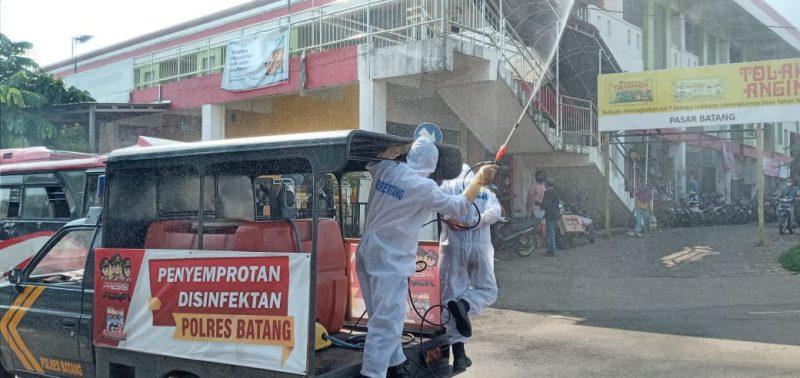 Penyemprotan disinfektan di objek-objek vital di Kota Batang. (Foto:nyatanya.com/Humas Jateng)